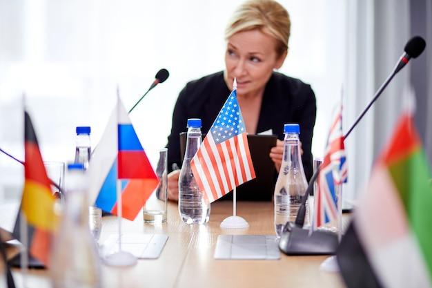 Skoncentrowana poważna kobieta w garniturze na konferencji, słuchanie rozmów partnerów, na wieloetnicznym spotkaniu bez więzi. biznes, koncepcja szczytu