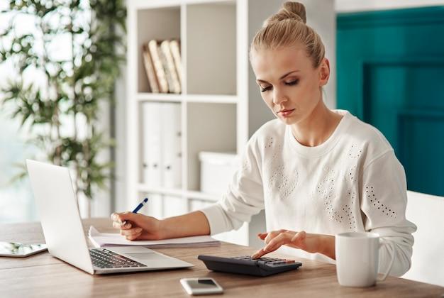 Skoncentrowane budżetowanie kobiety w biurze