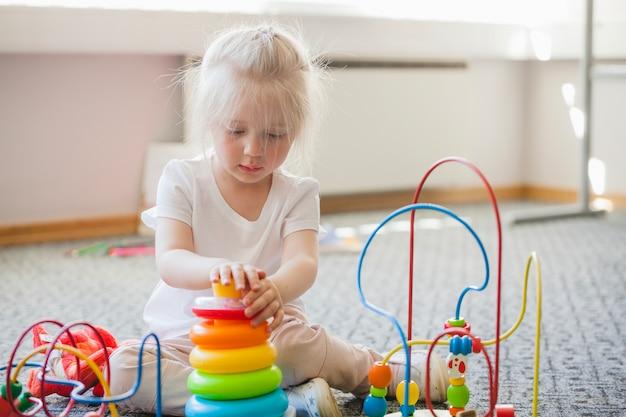 Skoncentrowane dziecko spędza czas z zabawkami