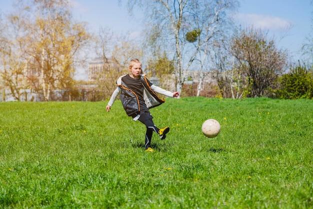 Skoncentrowane dziewczyna gra w piłkę nożną