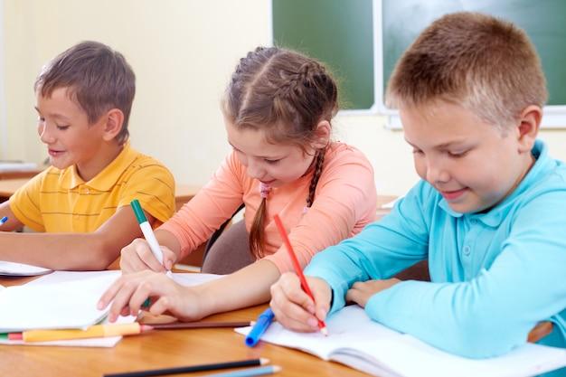 Skoncentrowane koledzy rysunek w klasie