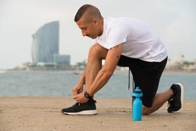 Skoncentrowane runner wiązanie sznurowadła na butach