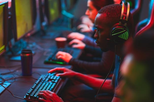 Skoncentrowani gracze grający w gry wideo