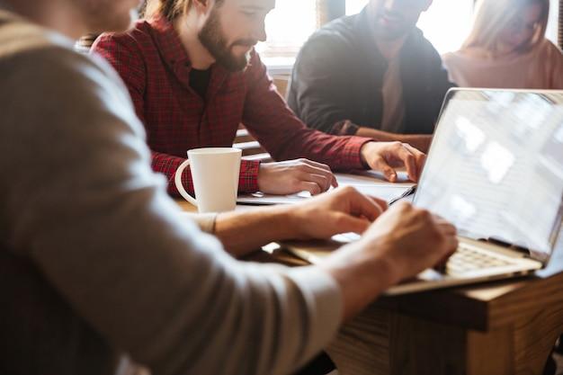 Skoncentrowani koledzy siedzący w biurze i coworking.