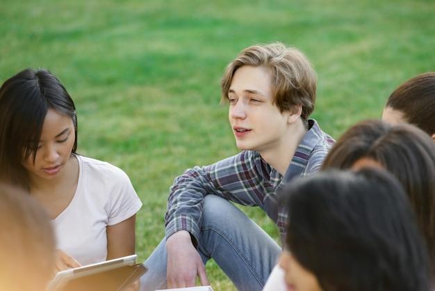 Skoncentrowani studenci uczący się na zewnątrz.