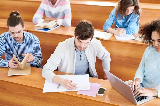 Skoncentrowani uczniowie wykonują zadania na zajęciach