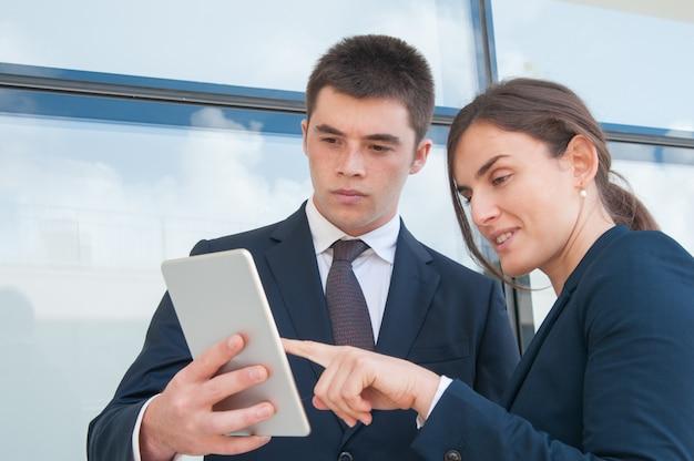 Skoncentrowani współpracownicy oglądający prezentację