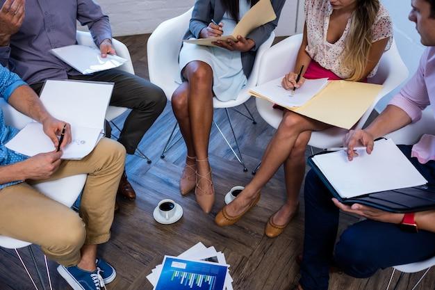 Skoncentrowani współpracownicy pracujący na folderach
