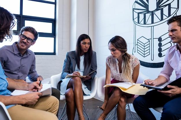 Skoncentrowani współpracownicy współpracujący