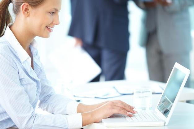 Skoncentrowany bizneswoman kończąc swój raport