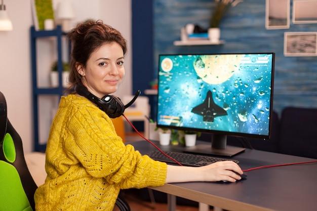 Skoncentrowany gracz patrzący w kamerę podczas gry