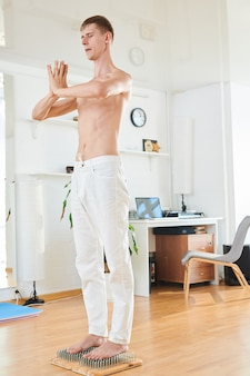 Skoncentrowany jogin medytujący na paznokciach