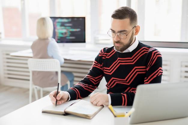 Skoncentrowany menedżer treści tworzący harmonogram publikowania