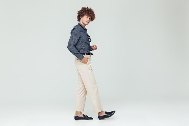 Skoncentrowany młody człowiek retro ubrany w koszulę