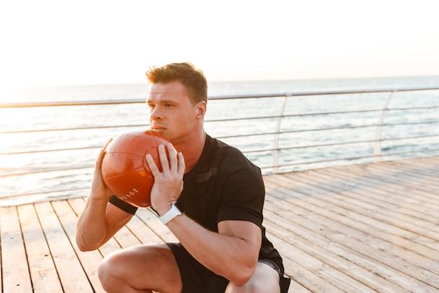 Skoncentrowany młody sportowiec ćwiczeń