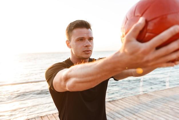 Skoncentrowany młody sportowiec wykonujący ćwiczenia