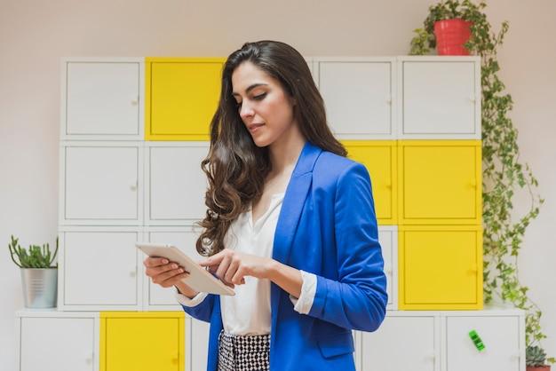 Skoncentrowany młodych businesswoman pracy ze swoim tabletem
