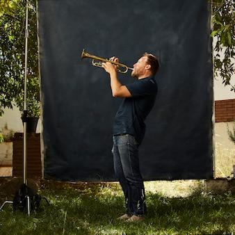 Skoncentrowany muzyk grający na swoim instrumencie
