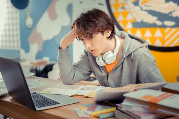 Skoncentrowany na nauce. uczeń w skupieniu przygotowuje się do egzaminu końcowego