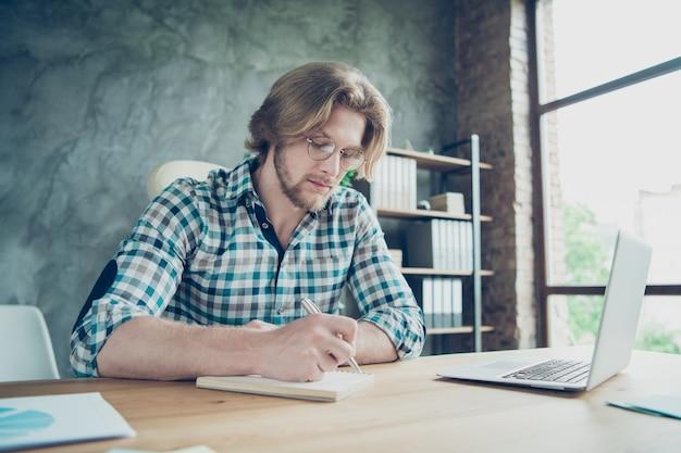 Skoncentrowany pracownik pracujący w biurze na laptopie