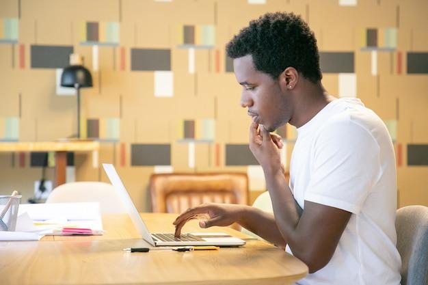 Skoncentrowany projektant omawiający projekt z klientem przez telefon