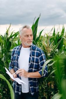 Skoncentrowany rolnik na polu kukurydzy