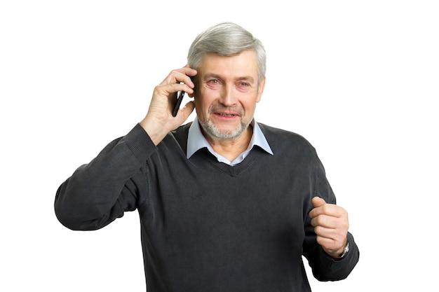 Skoncentrowany starszy mężczyzna z telefonem