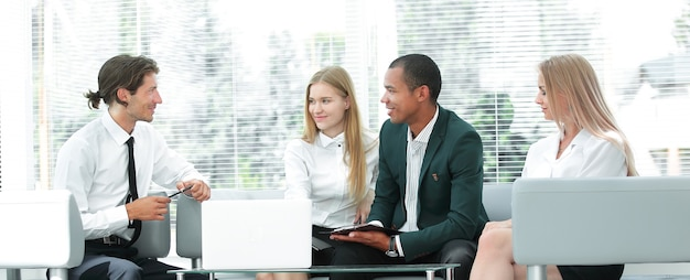 Skoncentrowany zespół biznesowy w miejscu pracy myślący o problemach biznesowych