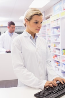 Skoncentruj farmaceuty za pomocą komputera