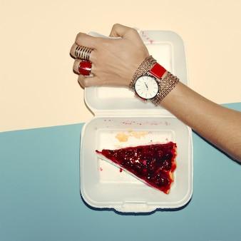 Skoncentruj się na czerwonym. moda biżuteria dama. styl glamour.