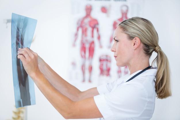 Skoncentruj się na doktor patrząc na x-rays