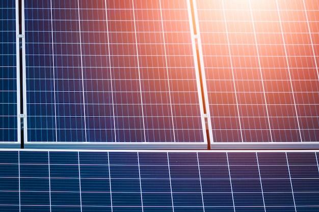 Skoncentruj się na panelach słonecznych na czerwonym dachu. obraz koncepcyjny instalacji fotowoltaicznej energii słonecznej zoom.