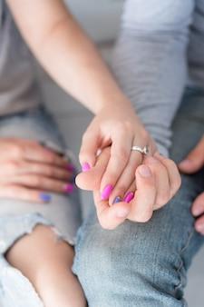 Skoncentruj się na para trzymając się za ręce. miłość więź zaufania i koncepcja wsparcia