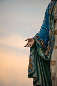 Skoncentruj się na ręce błogosławionej maryi panny, matki jezusa na niebieskim niebie