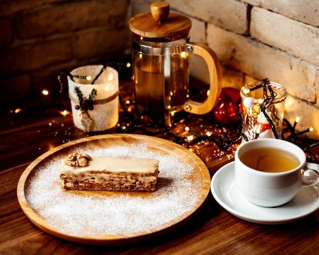 Skondensowany deser orzechowy posypany cukrem pudrem