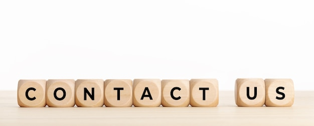 Skontaktuj się z nami. drewniane klocki z tekstem na biurku. skopiuj miejsce