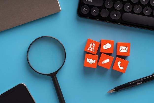 Skontaktuj się z nami ikony na kolorowe kostki