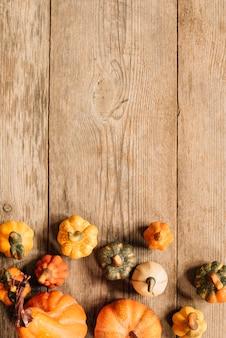 Skopiuj kompozycję przestrzeni z elementami jesieni na podłoże drewniane