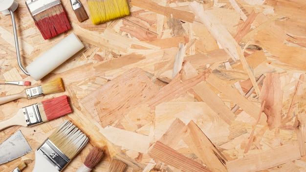 Skopiuj miejsca drewniane tła i pędzle malarskie