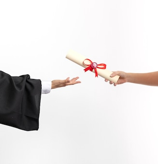 Skopiuj miejsca kobieta z dyplomem ukończenia szkoły