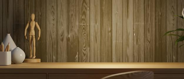 Skopiuj miejsce na górnym drewnianym stole roboczym z kolorowymi kredkami ceramicznymi wazonami w brązowej drewnianej ścianie z desek