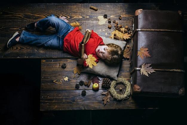 Skopiuj miejsce na reklamę koncepcja rodzinnego dzieciństwa styl życia jesienne drzewo i jesienny las jesienna wyprzedaż lub czarny piątek szczęśliwy ładny sprytny chłopiec czarny piątek zakupy