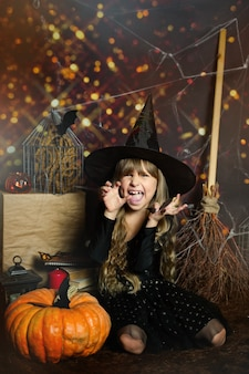 Skopiuj miejsce na wesołe halloween na zdjęciu przedszkolak straszy wyrazem emocji złym śmiechem...