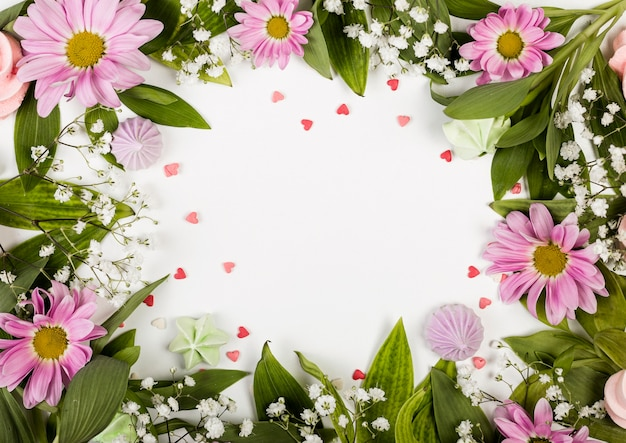 Skopiuj miejsce otoczone różowymi kwiatami i liśćmi