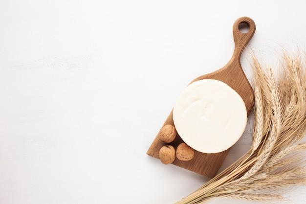 Skopiuj tło miejsca z serem i płatkami zbożowymi