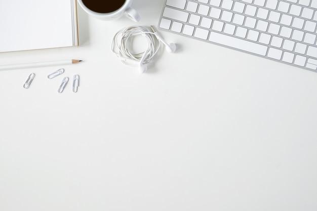 Skopiuj topview miejsca roboczego stołu biznesowego.
