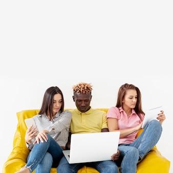 Skopiuj znajomych miejsca na makiecie na kanapie