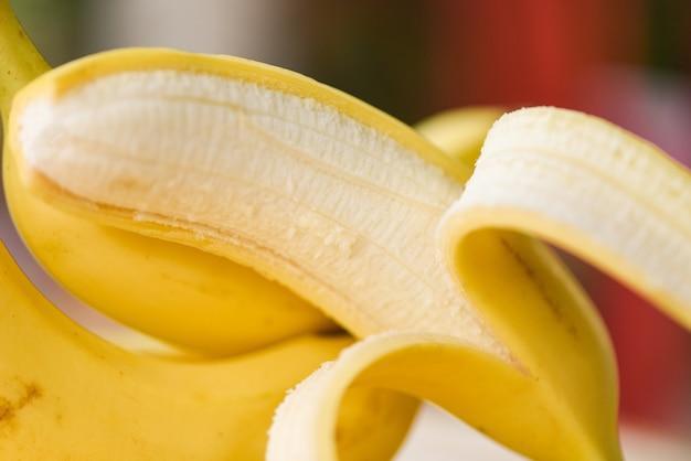 Skórka bananowa zamknij się ze świeżych dojrzałych owoców bananowych obranych