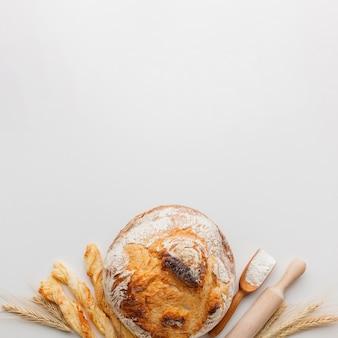 Skórka chleba i wałek do ciasta