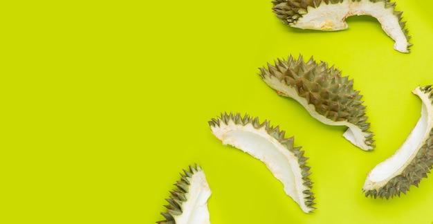 Skórka duriana na zielonym tle.